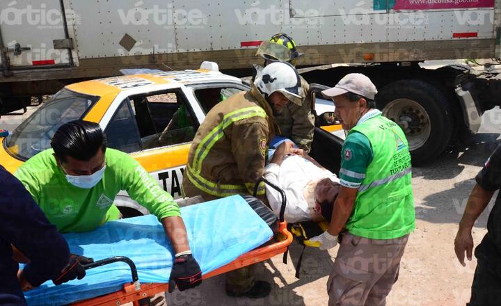 Taxista queda prensado tras chocar contra un tráiler, en Tuxtla
