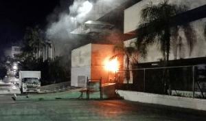 Estudiantes de la Mactumatzá queman llantas en el Palacio de Gobierno