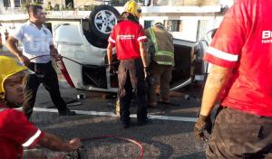 Conductor queda prensado tras aparatosa volcadura en Tuxtla