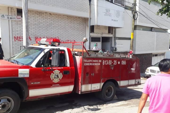 Encapuchados destruyen mobiliario e incendian oficinas de la SEP