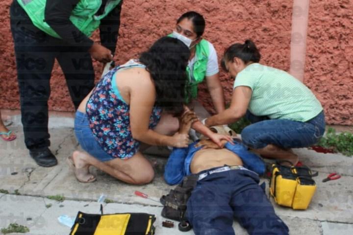 Se electrocuta trabajador y cae de cabeza desde una azotea