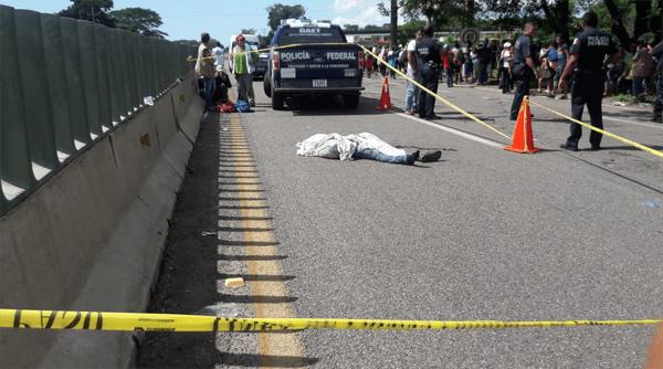 Muere migrante al caer de un vehículo movimiento