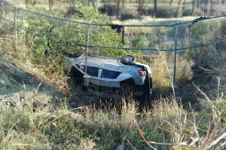 ¡Se salvó de milagro! Volcó su vehículo en el Libramiento Sur