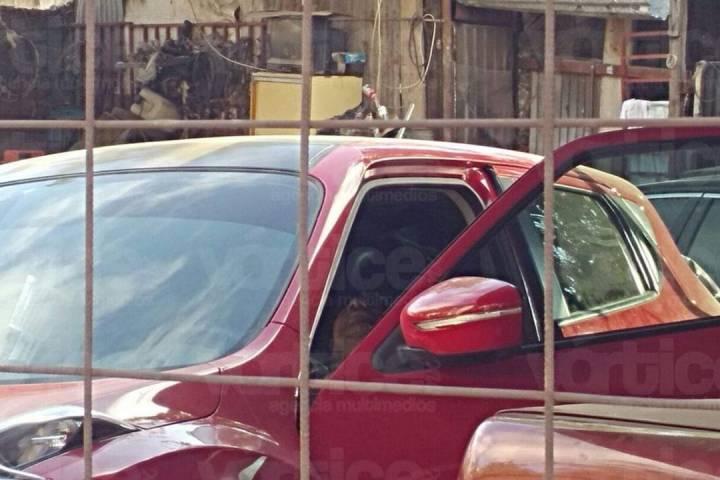 Localizan a vigilante sin vida al interior de un vehículo