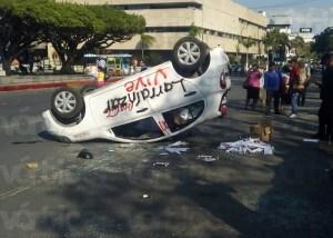 Normalistas causan destrozos y vuelcan vehículo en Tuxtla