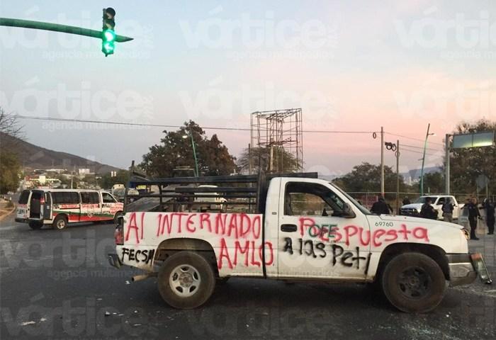 Normalistas retienen pipa cargada de gasolina y demás vehículos