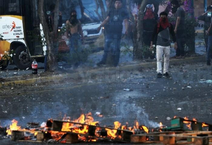 Normalistas se enfrentan contra policías antimotines en Chiapas
