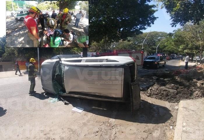 Vuelca automóvil y cae sobre una camioneta en Tuxtla