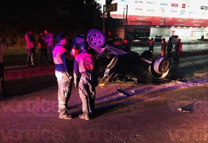 Vuelca camioneta en Tuxtla y el conductor huye