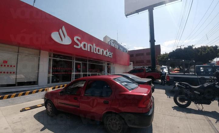 Asaltan a 14 cuentahabientes dentro del banco Santander