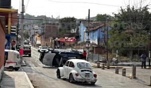 Casi ahorcan a presuntos delincuentes en Copoya y vuelcan una patrulla