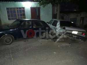 Ebrio conductor se estrella contra un vehículo y una vivienda