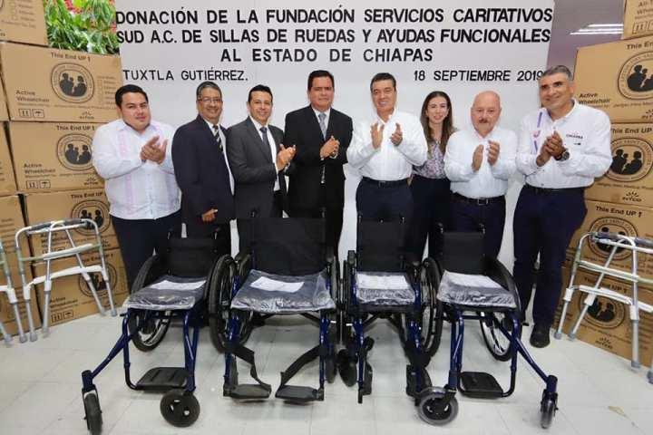 Rutilio Escandón recibe donación de sillas de ruedas de la Fundación Servicios Caritativos SUD A.C.