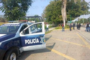 Grupo armado roba camioneta y abandona a pasajera kilómetros después