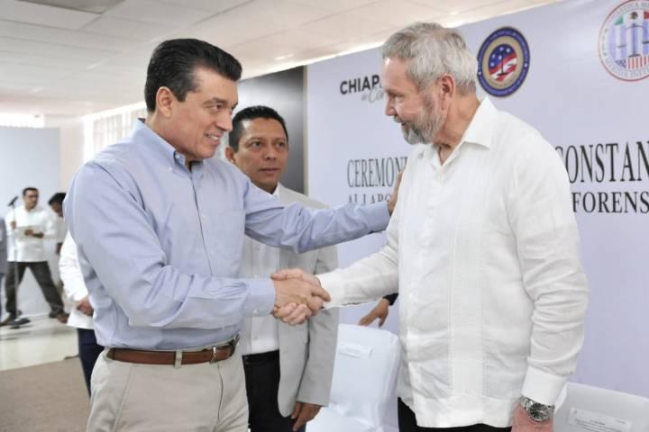 Rutilio Escandón entrega constancias a personal capacitado por la Embajada de EUA