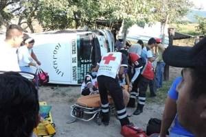 Colectivo de Jardines del Grijalva choca contra tren; hay 15 heridos