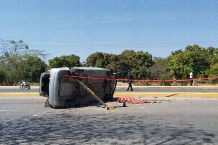 Muere copiloto tras salir proyectada de la ventana durante una volcadura