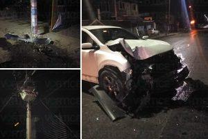 Camioneta queda destruida tras chocar contra un poste