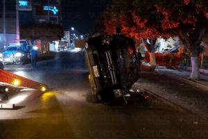 Volcadura en Las Arboledas causa movilización policiaca