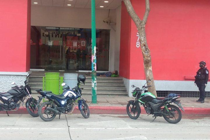Fallece peatón frente a un banco por presuntos síntomas de COVID 19