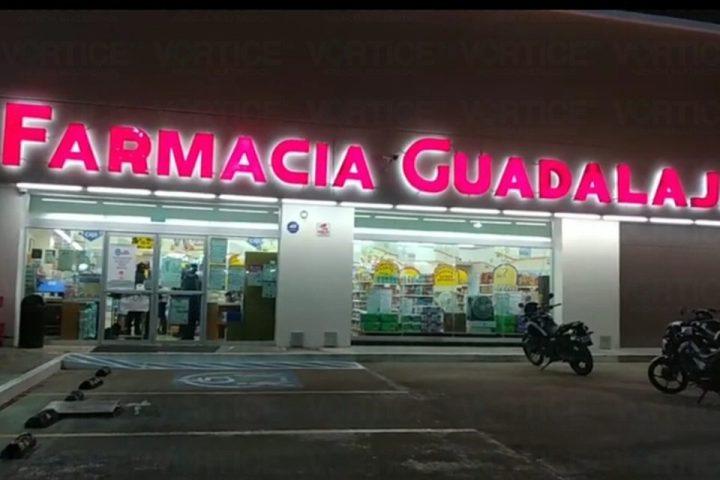 Hombres armados asaltan Farmacia Guadalajara en Tuxtla