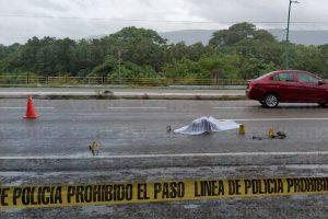 Muere ancianito tras ser atropellado debajo de un puente peatonal