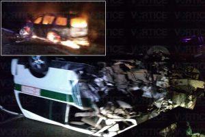 Encontronazo en La Angostura deja 8 heridos y una camioneta calcinada