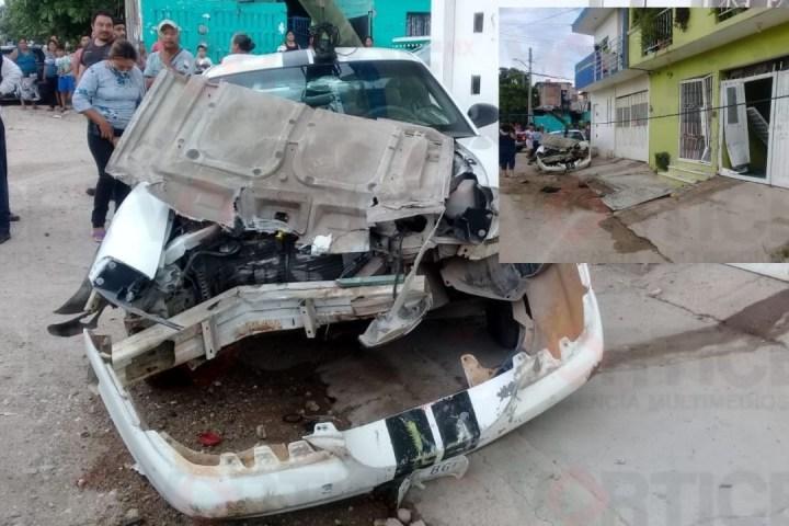 Se estrelló contra un domicilio y tiró un poste en Plan de Ayala