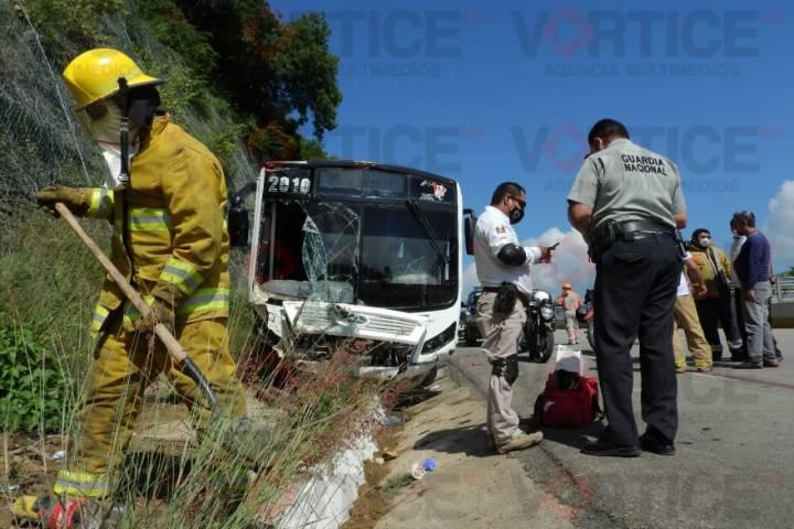 Colisiona autobús contra paredón y deja 12 heridos
