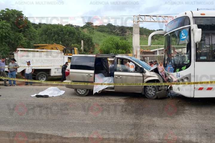 Accidente carretero cobra 2 vidas y 11 más resultan heridos