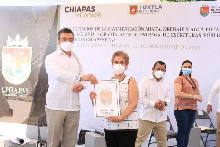 Rutilio Escandón entrega escrituras públicas a 73 familias de Tuxtla, Ocosingo y San Cristóbal