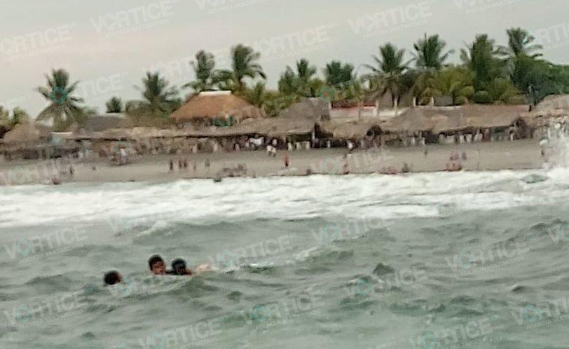 ¡Casi se ahogan! Marina rescata a dos mayores en playa de Chiapas
