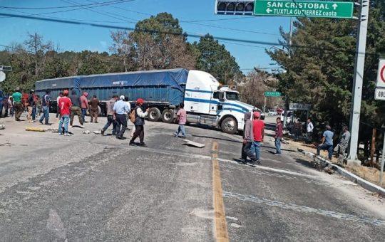 Denuncian escasez de agua y bloquean carretera a Comitán