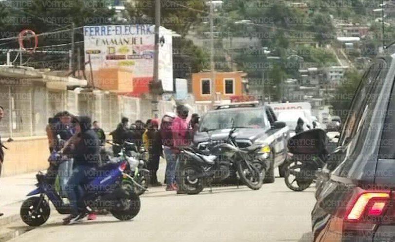 Motonetos retienen patrulla y a policías; los llevan a una comunidad