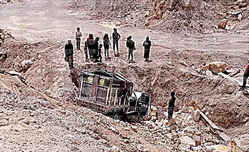 Vuelca camioneta en un banco de arena en Huixtán