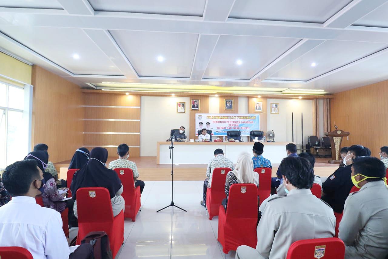 H. Devi Suhartoni (HDS) saat melakukan pertemuan dan pembinaan petugas Penyuluh Pertanian Lapangan (PPL) Dinas Pertanian dan Perikanan Muratara. (Poto/Ist)