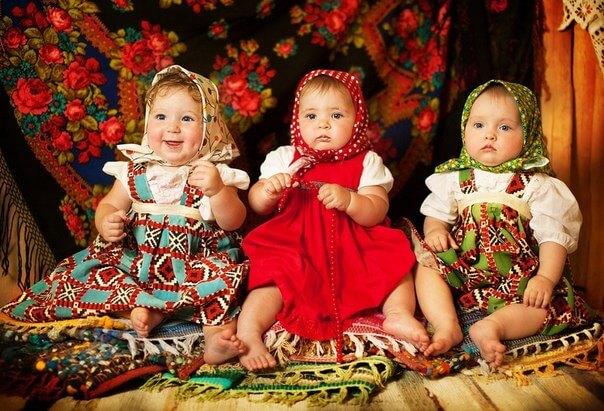 Забавные маленькие дети в русских народных костюмах