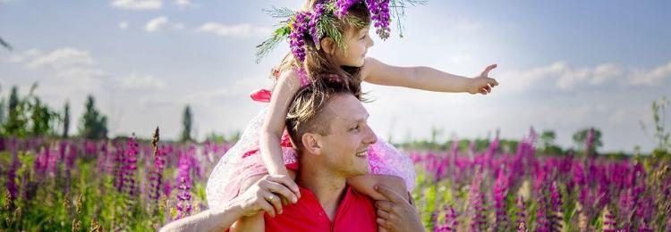 Отец с дочкой в поле