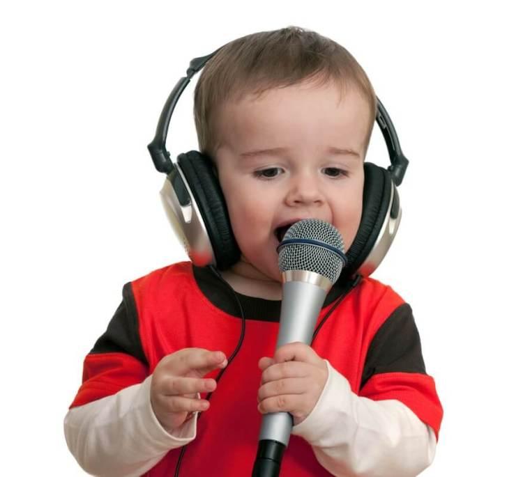 Малыш поёт