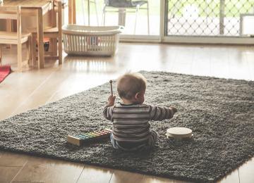 Малыш играет на музыкальных инструментах
