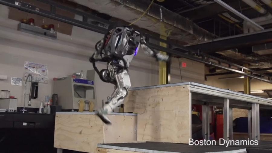 Boston Dynamics Atlas robot robi parkour