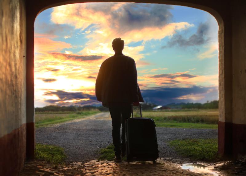 un client part avec sa valise