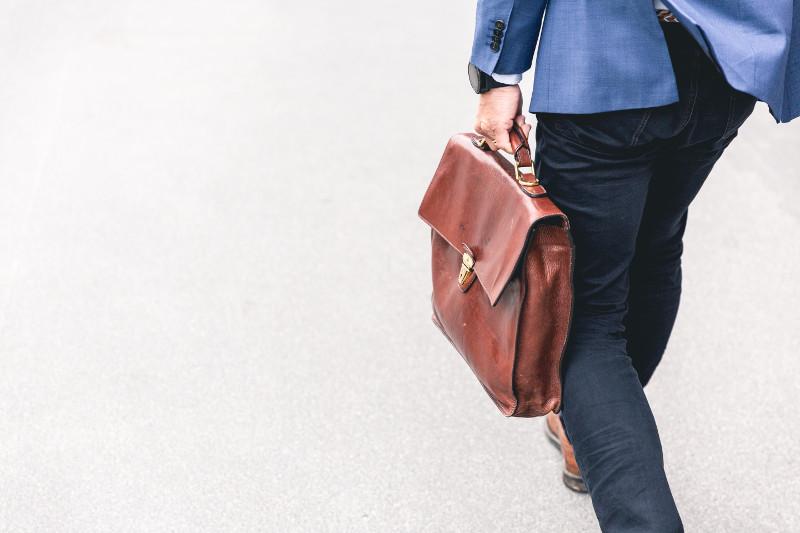businessman avec sa sacoche qui part en prospection