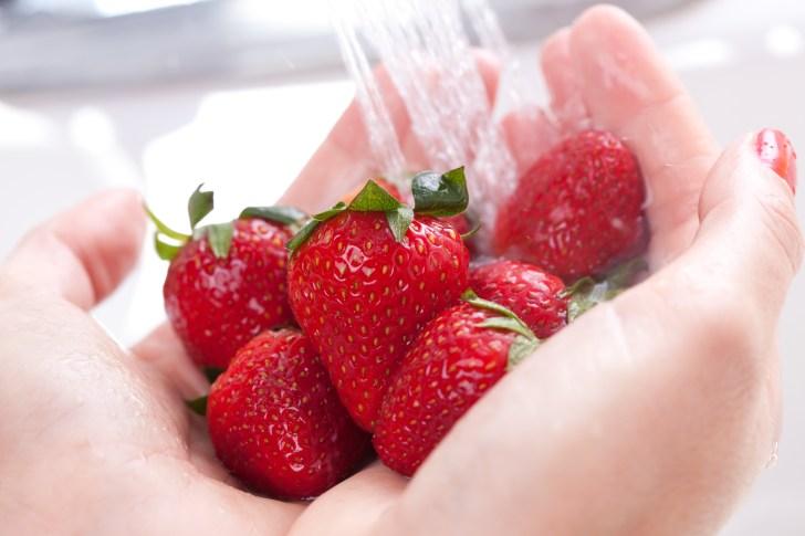 fruta sendo lavada