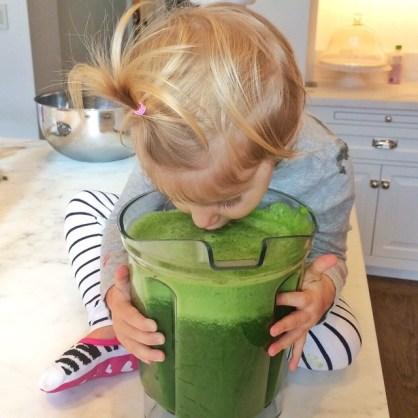 bebe tomando suco verde