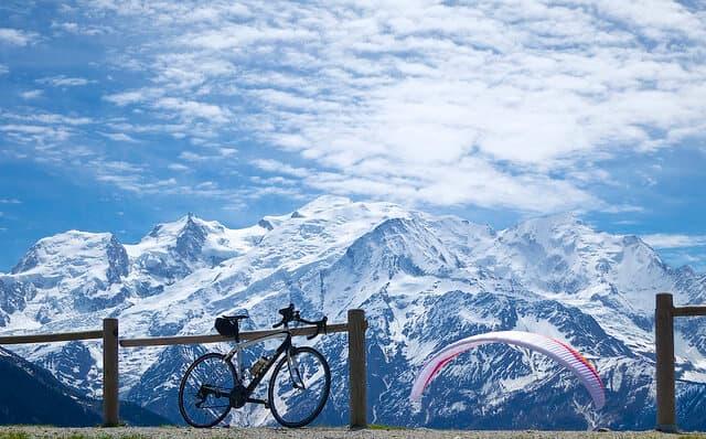 Mont Blanc com uma bicicleta e um parapente