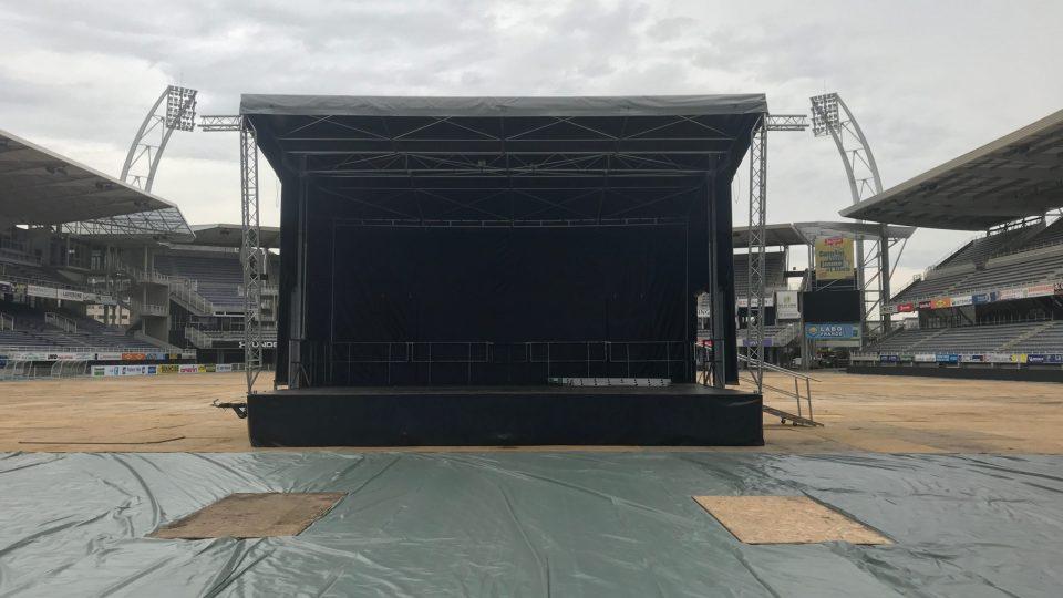 Scène remorque hydrau IV Europodium 60m² (9m x 6,7m) au stade Michelin