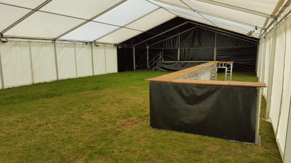 Tente 10m avec 2 travées noires, scène et Comptoir de bar