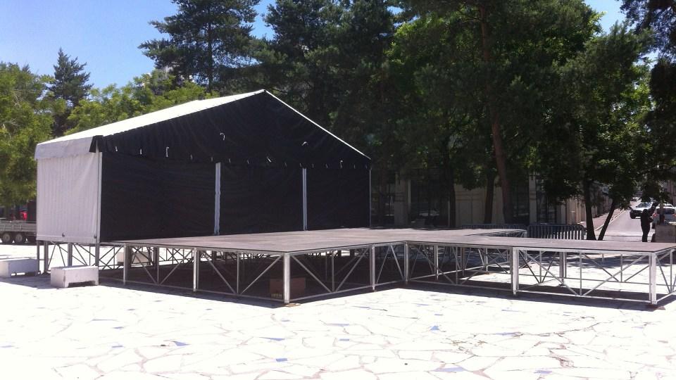 Plateau de scène couvert avec avancée