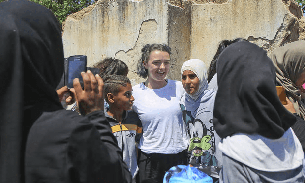Maisie Williams with Syrian refugees in the Cherso camp, northern Greece [Image: Tara Todras-Whitehill/AP].